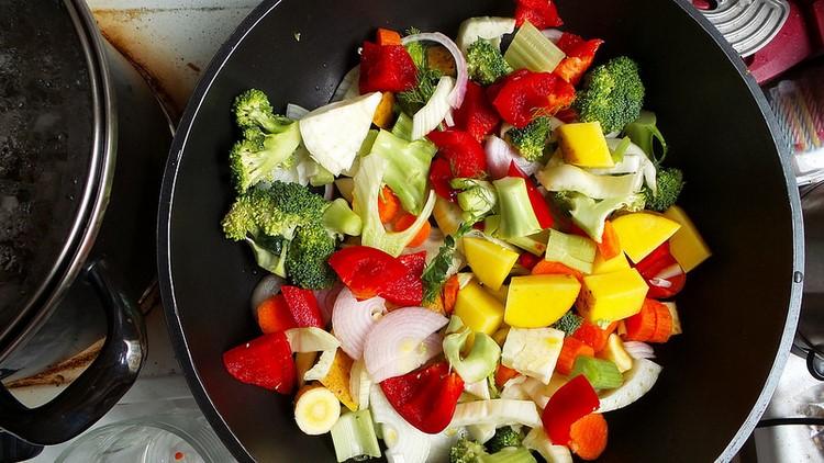 Овощи и фрукты на сковороде
