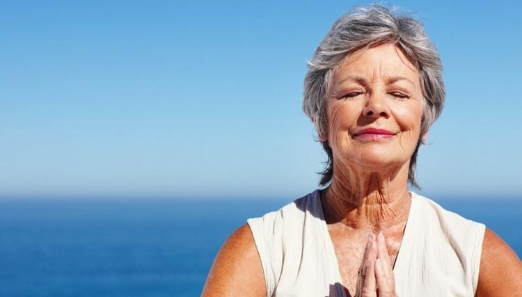 Пожилая женщина довольна жизнью