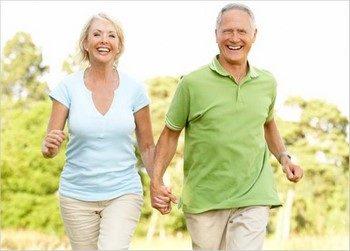Пожилые мужчина и женщина вместе бегают