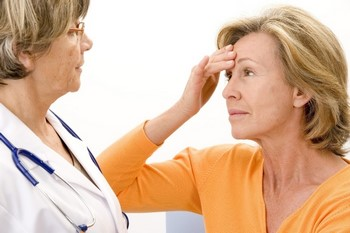 Женщина беседует с врачом