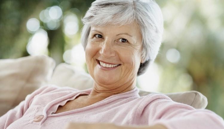 Довольная пожилая женщина