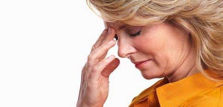 Голова болит у женщины