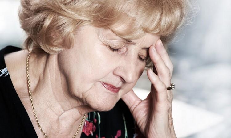 Головная боль у пожилой женщины