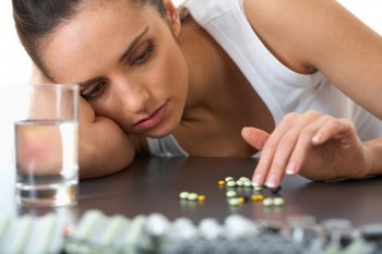 Девушка и таблетки