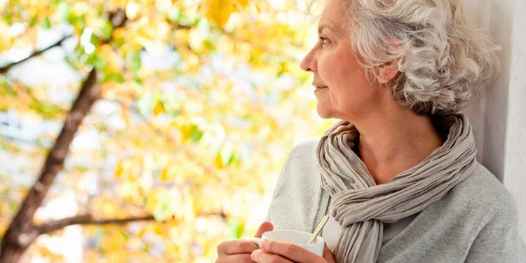 Пожилая женщина и осень