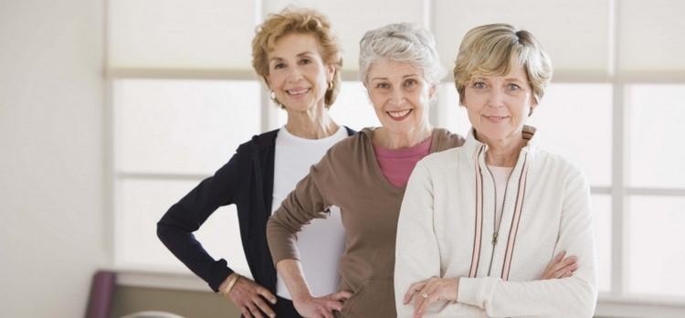 Пожилые женщины в фитнес зале